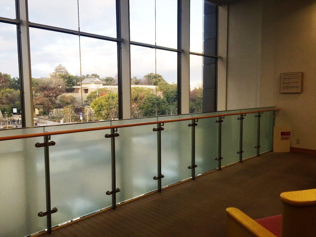 館内から望む岡山城